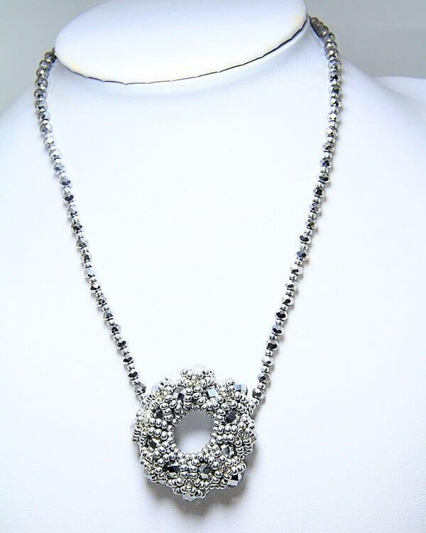 Collana fatta a mano in tessitura di cristalli, gioielli artigianali realizzati a mano a Verona