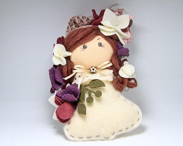 Bambola in stoffa, feltro e lana fatta a mano, decorazioni artigianali realizzate a Verona