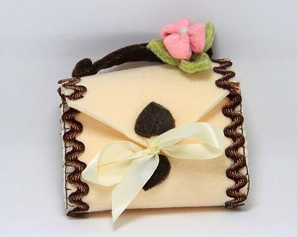 Borsina piccola feltro cucita a mano e decorata con cuore e fiore, decorazioni artigianali a Verona