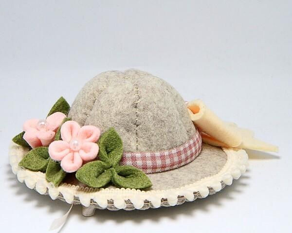 Cappellino in feltro fatto a mano con fiori, nastrini e fiocco, decorazioni artigianali a Verona