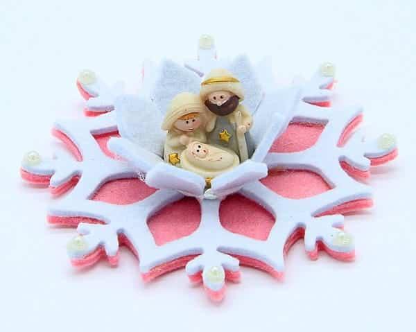 Presepe su fiocco di neve in feltro fatto a mano a Verona. Decorazioni natalizie artigianali