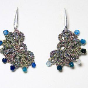 Orecchini in chiacchierino fatti a mano Verona con filo yarn multicolore agata blu striata. Gioiello