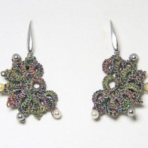 Orecchini in chiacchierino fatti a mano Verona con filo yarn multicolore perle di Majorca. Gioiello