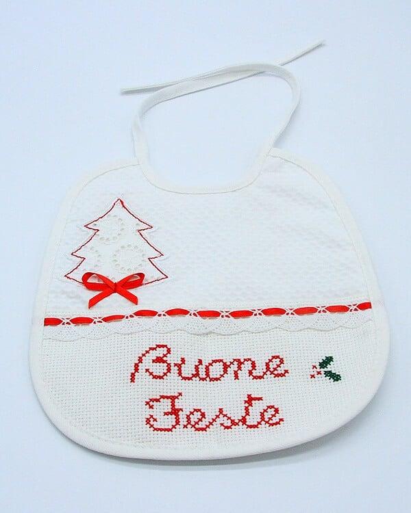 Bavaglio Buone feste bambino ricamato a mano. Ricami fatti a mano a Verona. Bavaglina neonato
