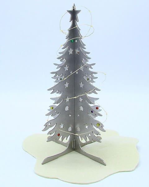 Albero di Natale in acciaio inox con luci e palline colorate. Decorazione natalizia. Idea regalo