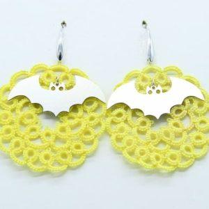 Orecchini in chiacchierino in cotone n'20 giallo con ciondolo in acciaio inox