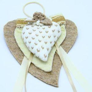 Doppio cuore in feltro con cuoricini beige fatto a mano. Decorazione artigianale