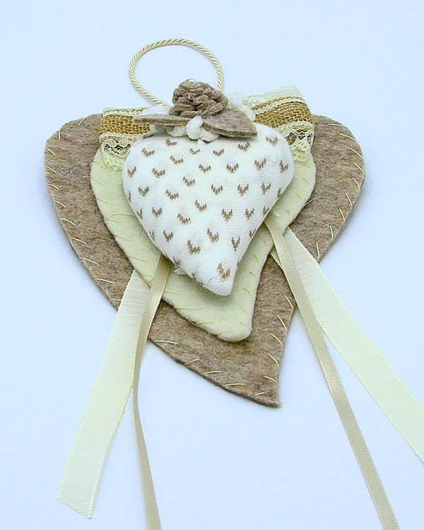 Doppio cuore in feltro con cuoricini beige fatto a mano. Decorazioni artigianali