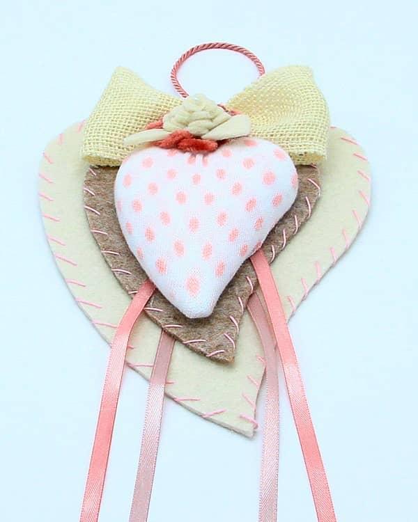 Doppio cuore in feltro con pois rosa fatto a mano. Decorazione artigianale