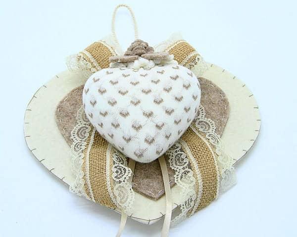 Doppio cuore in feltro fatto a mano. Decorazione artigianale