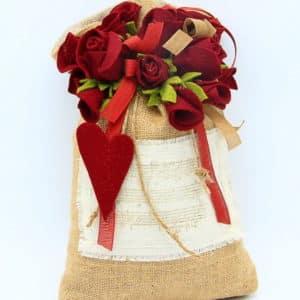 Sacchetto fermaporta fatto a mano in juta con cuore e rose finte