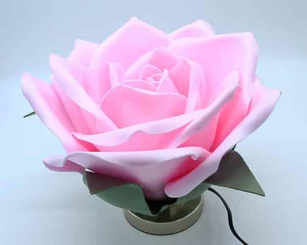 Lampada con rosa gigante fatta a mano. Fiori e decorazioni realizzati a mano